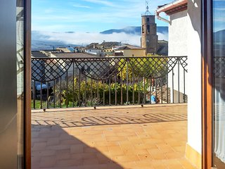 Modern 2-bedroom apartment in northern Spain with a terrace, WiFi and a gorgeous mountain view!, Torres del Obispo