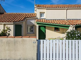 Comfortable 2-bedroom house in Saint-Denis-d'Oléron with pool access, garden and furnished terrace!, Saint-Denis-d'Oleron