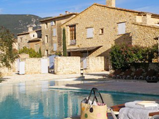 Amazing house with shared pool, holiday rental in Rustrel
