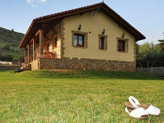 Rustic, 3-bedroom house in Villamanín with a furnished terrace, garden and superb mountain views!, Buiza
