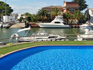 Spacious 2-bedroom apartment in Roses with access to 3 swimming pools - 600m from the beach!