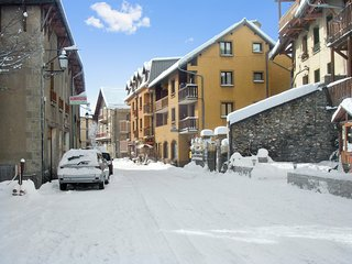 Rustic, studio apartment with superb mountain views just 5 kilometres from 7 ski areas– sleeps 6!, Aiguilles