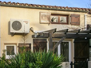 Well-appointed, 2-bedroom house in Saint-Cyprien with a furnished terrace – 600m from the beach!