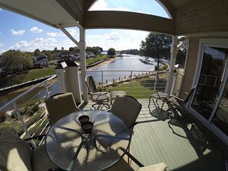 Winter Escape Wonderful Lake View, Pool, Free Boat Slip!