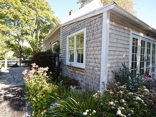 Charming in town cottage, walk to restaurants, museums, galleries, Rockland
