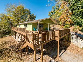 DAYTON, TN, Chattanooga vacation rentals 'Bass Cabin' with a dock, sleeps 4 -
