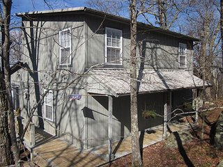 Boulder Bungalow, on the bluff, fantastic view, 9 miles to Rock City, slps 6, Chattanooga