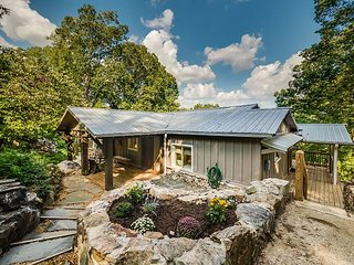 Lookout Mountain, Sleeps 6, Less than a mile to Ruby Falls, wrap around decks, Chattanooga