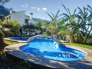 Cortijo Los Limones - a well-located house in Sayalonga with a swimming pool, WiFi and river views.