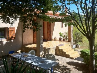 Charming, 1-bedroom house in Signes with a jacuzzi, furnished terrace and garden – sleeps 4!