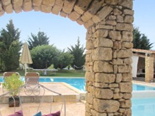 Delos House – a traditional, 3-bedroom stone house with two terraces and swimming pool access!, Rustrel