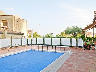 Well-appointed, 1-bedroom cottage in Sicily featuring a furnished terrace and a swimming pool!, Viagrande