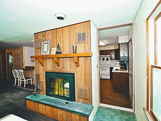 Imagined & Designed - 6 bed/3 bath Hot Tub Home, Stroudsburg