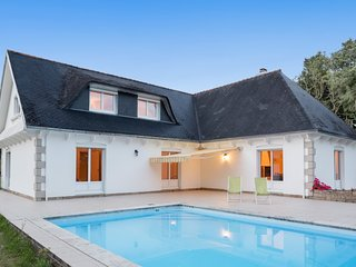 Well-appointed, 5-bedroom villa with a swimming pool and WiFi in Concarneau – just 4km from the sea!
