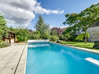 Rustic, 2-bedroom house with a swimming pool and garden, WiFi, close by Fontainebleau, Soisy-sur-Ecole