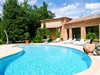 Sunny 3-bedroom villa in St Cézaire-sur-Siagne with a private tennis court and a swimming pool!, Saint-Cezaire-sur-Siagne