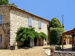 Spacious, 6-bedroom house with a private swimming pool, a garden and a furnished veranda –sleeps 14!, Vaison-la-Romaine