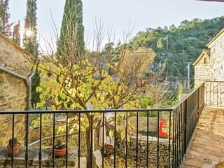 Stunning, 14th-Century house in Belvezet with two bedrooms, WiFi and a furnished terrace – sleeps 5!, Aigaliers