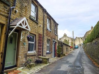 COOMBES HILL COTTAGE, cosy retreat, woodburner, in Holmfirth, Ref 938793