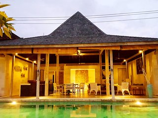 $120! Super 4BR 13meter POOL, Wifi, Staff, Sundeck, 9mins BEACH! CANGGU!