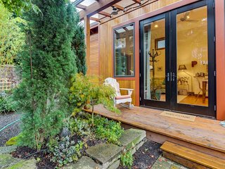 Charming and bright tiny house near shopping, restaurants, and more!