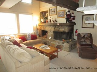 3BR Ski Condo Short Walk / View of the Slopes on Beech Mountain, King Bed