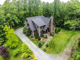 4BR Elegant Timber Frame Home With Designer Touches Throughout, Heart of Valle Crucis, Close to Boone, Hot Tub, A/C, Foosball, Sugar Grove