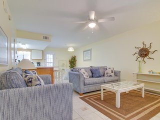 Poolside condo near tennis, brief walk to private beach - snowbirds welcome!