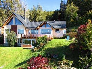 Casa con jardin y parrilla ,muy calida y luminosa con vista al lago Nahuel Huapi