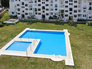 Traditional Andalusian apartment in Estepona with pool and sea view, near golf and beach – sleeps 6