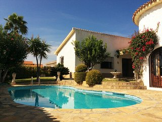 Castillo Blanco – stylish house near beach in Benajarafe, Andalusia, w private pool, BBQ & sea view