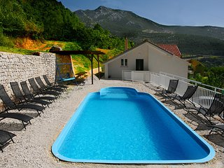 Spacious villa in Klis, Dalmatia, with 5 bedrooms, private pool, WiFi & sea views – 15min from Split