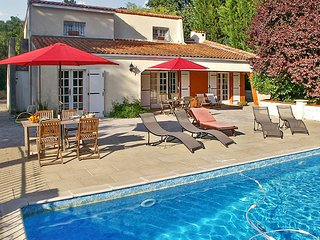 Spacious villa in Charente-Maritime with private pool and large garden - between Cognac & Saintes, Dompierre sur Charente