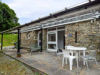 CWMTWRCH COTTAGE, indoor heated swimming pool, on-site facilities, private patio, Camarthen, Ref 917257, Pont-ar-gothi