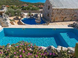 Property with 2 pools & wine cellar, Vrsine