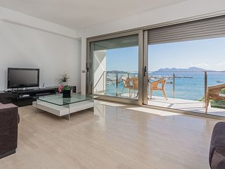 Beach front penthouse with superb sea views
