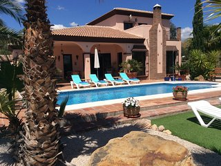 Luxury villa, 5 minutes walk to lake, ideal for families, 15 mins from coast.