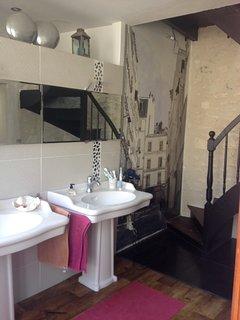 1er étage : salle de bain partagée pour la chambre sur jardin et la chambre de toutes les couleurs