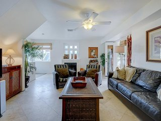 Beautiful home w/contemporary touches, close to attractions!