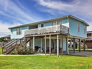 Galveston House Minutes from Beach w/ Pool Access!
