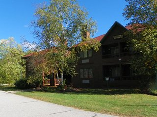 Lakefront Condo nestled in the heart of the White Mountains!, Lincoln