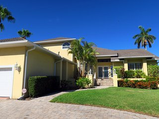 Sunset Heaven 4BR canal front pool home - walking distance to St. Armand's, Sarasota