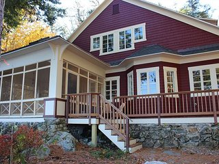 Lovely Vintage Lakehouse located on Lake Winnipesaukee (LAK22Wf)