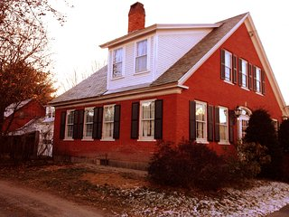 Charming 5BR Antique Farmhouse, walk to town, Chester
