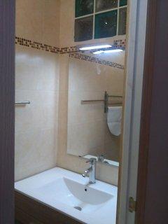 Baño con placa ducha y lavabo