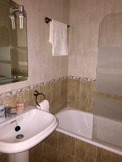 Baño con bañera y plato de ducha