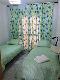 Dormitorio con cama doble con acceso al patio exterior privado