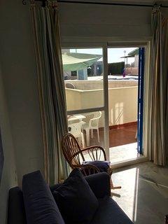 Vistas desde salón a la terraza con  acceso directo a piscina
