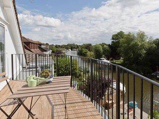 40753 House in Sunbury on Tham, Weybridge
