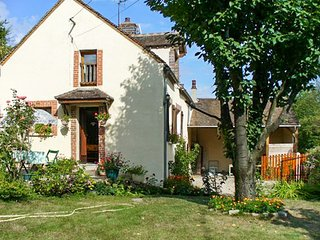 Traditional house near vineyard, Villeneuve-sur-Yonne